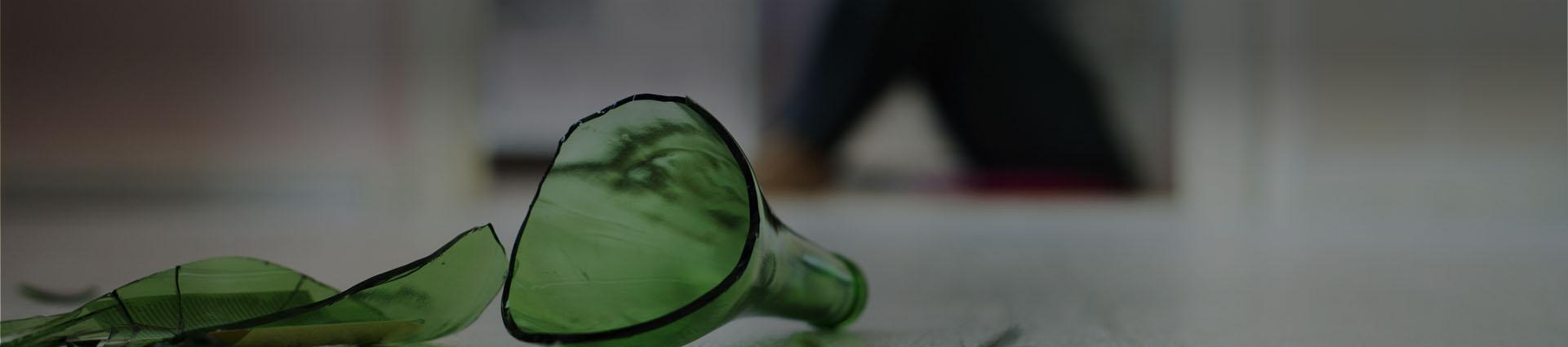 banner stłuczona zielona butelka